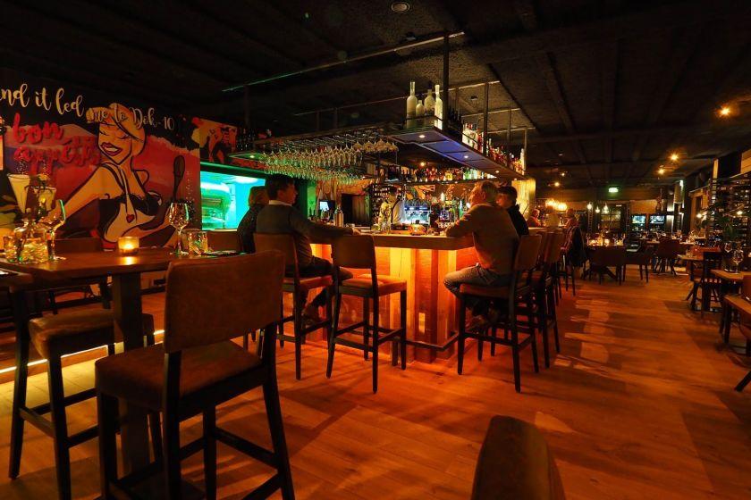 Dok-10 bar & kitchen